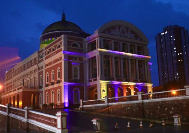 Em  ação, Teatro Amazonas é iluminado em homenagem ao Dia Internacional da Síndrome de Down