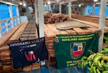 Policia Militar apreende madeira serrada ilegal dentro de barco na orla de Manaus