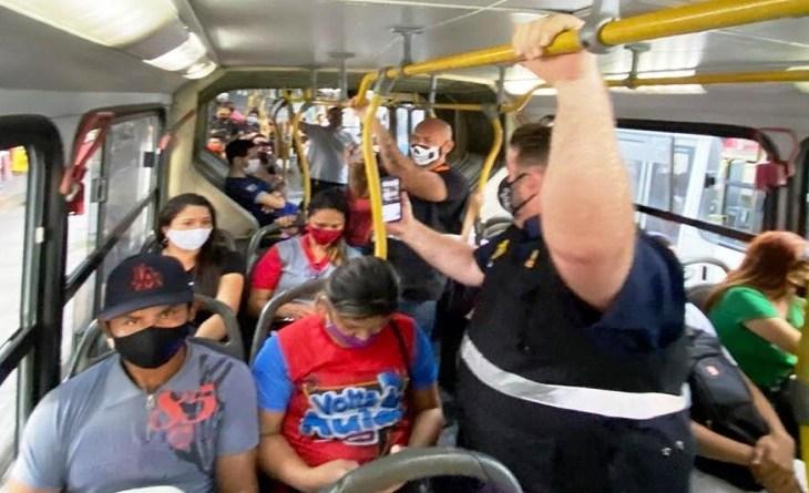 William Alemão mostra, em live, o que a população passa nos ônibus