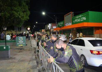 Praça do Caranguejo é interditada por 15 dias após fim de semana com aglomerações em bares