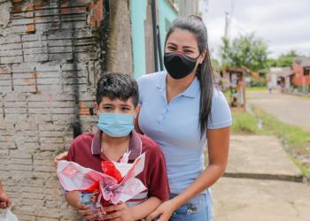 Primeira dama de Parintins entrega brinquedos sensoriais para crianças autistas
