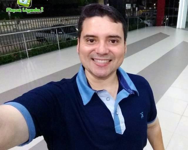 Morre o apresentador Victor Santana, por complicações da Covid-19