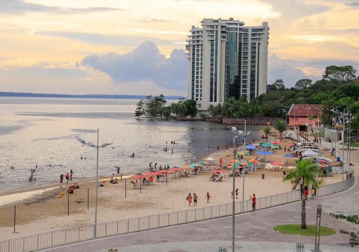 Praia da Ponta Negra tem parte encoberta pelas águas
