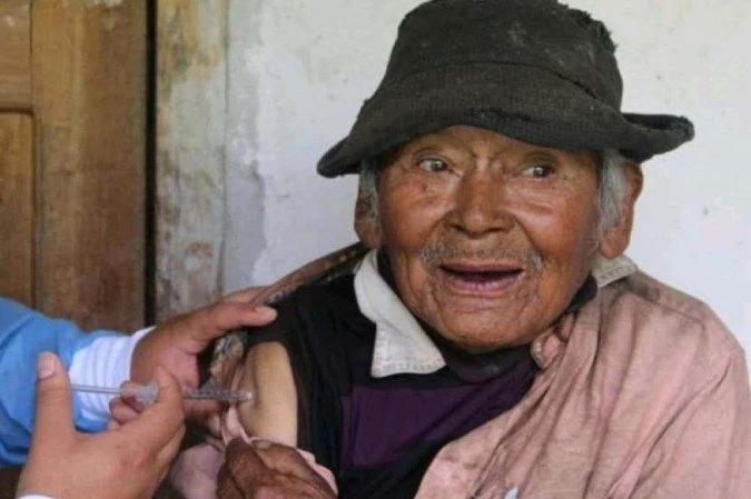 Homem de 121 anos é vacinado contra a Covid-19 no Peru