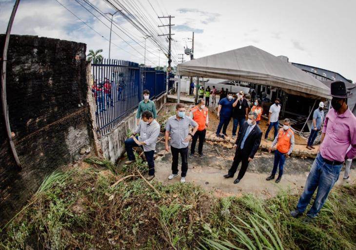 Peixoto acompanha com Marcos Rotta a verificação dos danos ocasionados pela chuva na Torquato Tapajós