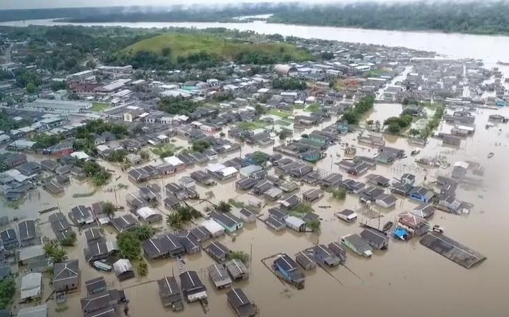 Amazonas anuncia auxílio de R$ 300 para famílias atingidas pela cheia