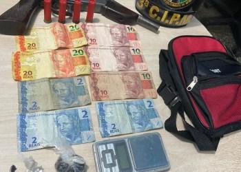 Em Rio Preto da Eva, dupla com entorpecentes, munições, dinheiro e arma de fogo é detida pela PM