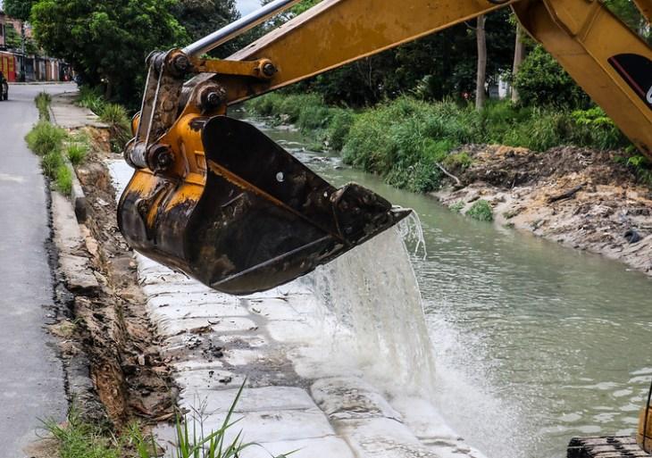 Prefeitura avança nas obras de contenção no igarapé do Passarinho