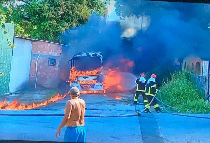 Bombeiros trabalham incansavelmente para apagar os incêndios provocados por facção criminosa como retaliação a morte de traficantes