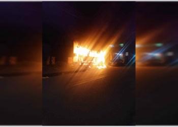 Polícia Militar resgata família após incêndio criminoso em veículo na zona leste