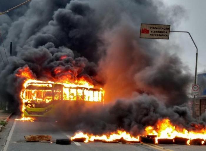 Empresas de ônibus de Manaus paralisam atividades por medo
