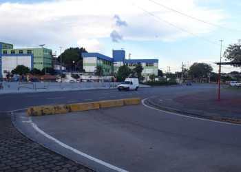 Prefeitura de Manaus interdita trecho de avenida no bairro Educandos devido alagação