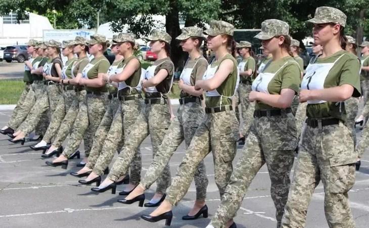 Ministro da Defesa da Ucrânia é criticado após marcha de cadetes de salto alto