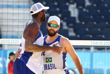 Olimpíada: Evandro e Bruno Schmidt seguem invictos no vôlei de praia