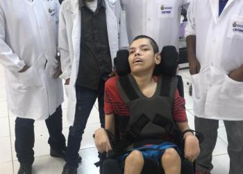 Cadeiras de rodas utilizadas no Abrigo Moacyr Alves são adaptadas e reformadas para melhorar a qualidade de vida dos acolhidos