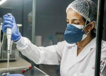 Profissional prepara amostra para realizar exame de covid-19.