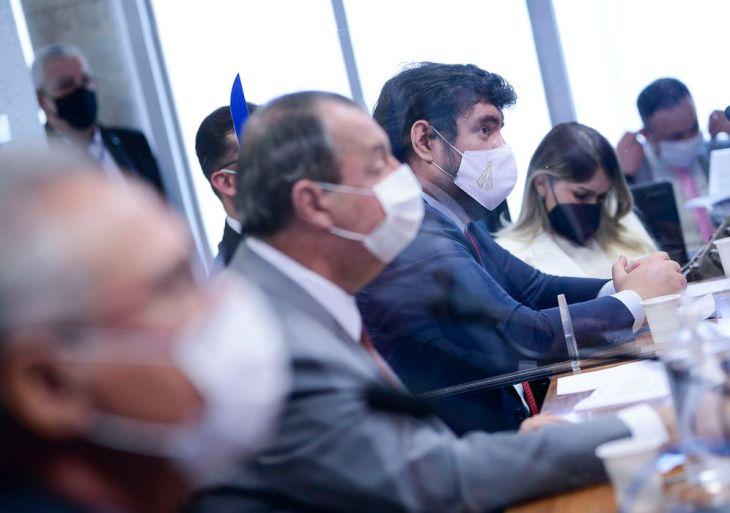 Comissão Parlamentar de Inquérito da Pandemia (CPIPANDEMIA) realiza oitiva do empresário suspeito de ter atuado como lobista da Precisa Medicamentos na tentativa de venda da vacina Coxavin para o Ministério da Saúde.  Mesa: relator da CPIPANDEMIA, senador Renan Calheiros (MDB-AL); presidente da CPIPANDEMIA, senador Omar Aziz (PSD-AM); empresário Marconny Nunes Ribeiro Albernaz de Faria; advogada Amanda Leite de Farias Ponte.  Em pronunciamento, à bancada,  Foto: Pedro França/Agência Senado