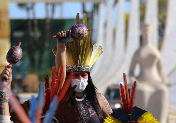 Indígenas de várias etnias fazem caminhada para acompanhar em frente ao STF a votação do chamado Marco temporal indígena