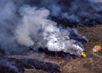 Vulcão de La Palma volta a lançar cinzas; lava se aproxima do mar