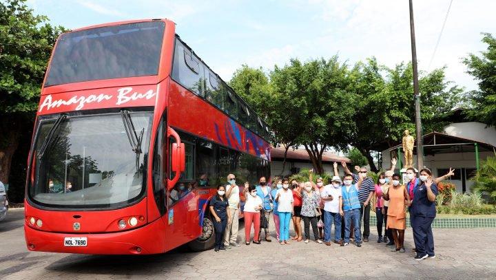 Prefeitura de Manaus realiza passeio turístico com idosos da Fundação Dr. Thomas e Parque do Idoso