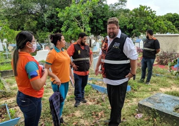 William Alemão vai a cemitério, constata 'abandono' e pede revitalização urgente no local
