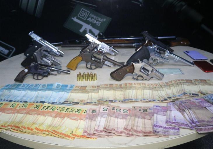Operação integrada prende casal e apreende dez armas de fogo