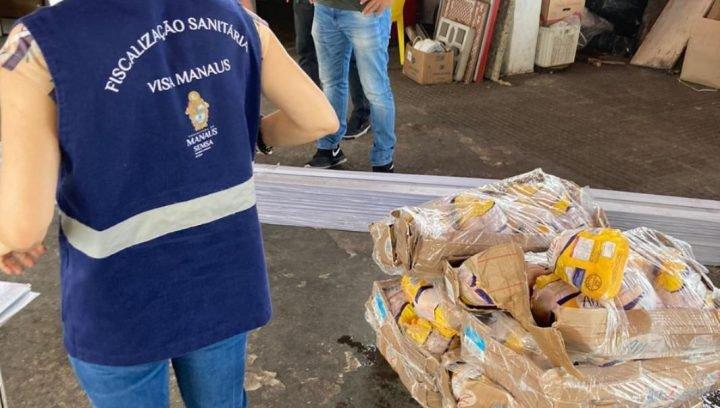 Visa Manaus autua estabelecimento no Centro por má conservação de alimentos