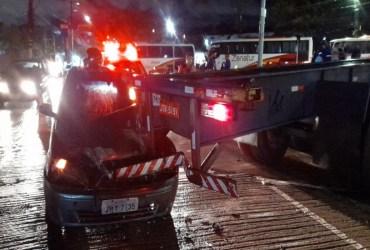 Pai e filho ficam feridos após se chocarem com traseira de carreta no Distrito Industrial