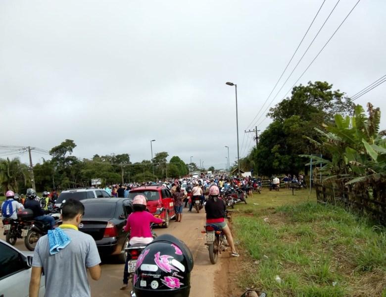 População fecha AC-40; protesto contra má condições da via