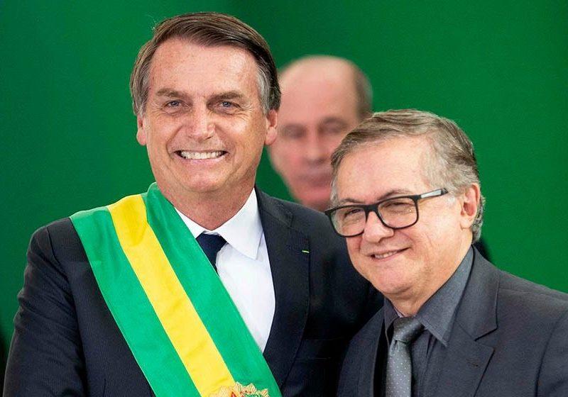 Pelo twitter, Bolsonaro anuncia demissão de Vélez
