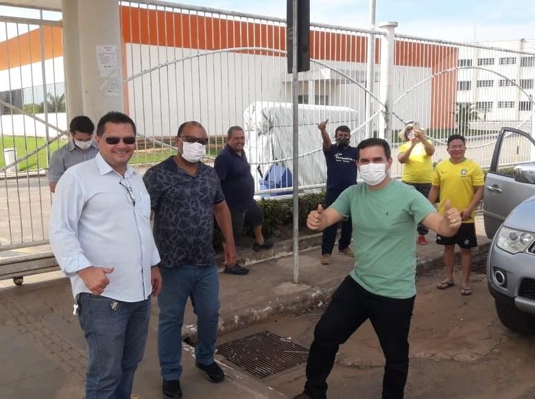 """De máscara para se proteger, apoiadores de Bolsonaro fazem carreata para dizer que coronavírus é """"gripezinha"""""""
