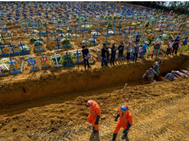 Bolsonaro nega apoio para entrega urgente de caixões em Manaus
