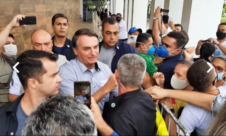 Com plateia fraca, Bolsonaro aparece sem máscara para espalhar o vírus da irresponsabilidade no Acre