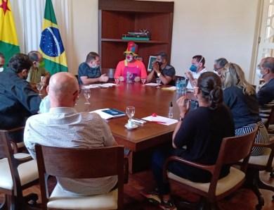 Sindicalistas da Saúde empossam palhaço Peteleco como governo e o levam para a mesa de negociação com o governo