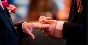 Pastor evangélico abençoa casais gays em ato.