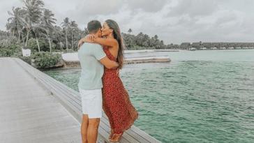 Gabriela Rocha posa com o marido nas Ilhas Maldivas.
