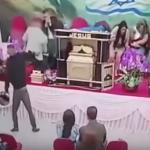 Pastor é baleado durante culto ao vivo.