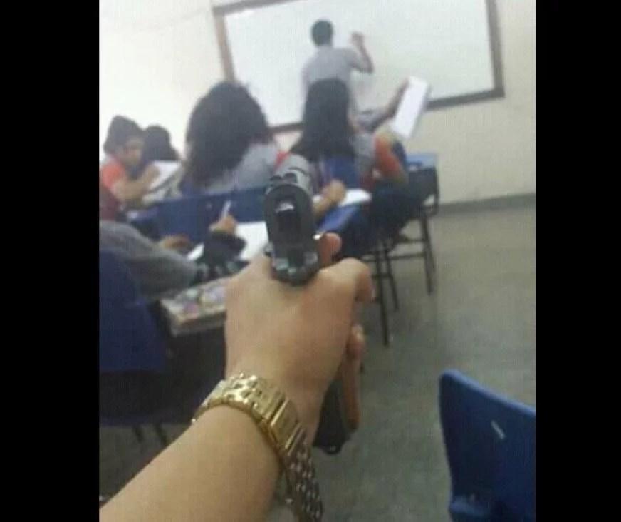Aluno de escola do Centro de Manaus publica foto com arma em sala de aula no Facebook