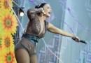 Fã invade show de Ivete Sangalo, a derruba no chão e cantora continua cantando; assista