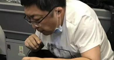 Médico suga 800 ml de xixi de idoso com canudo durante voo