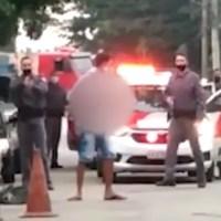 Cenas fortes. Homem é flagrado pela polícia com cabeça decapitada nas mãos