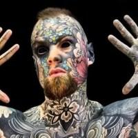 """Professor tatuado corre risco de perder emprego: """"Crianças ficam com medo"""""""