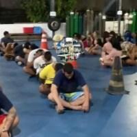 Rave clandestina com DJ italiano e mais de 100 jovens é flagrada pela polícia, em Manaus