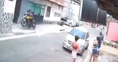 Vídeo: Motoqueiro perde o controle após dar um 'grau' e morre ao bater contra muro
