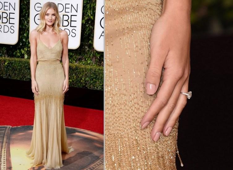 Rosie Huntington-Whiteley de Versace e o anel de noivado