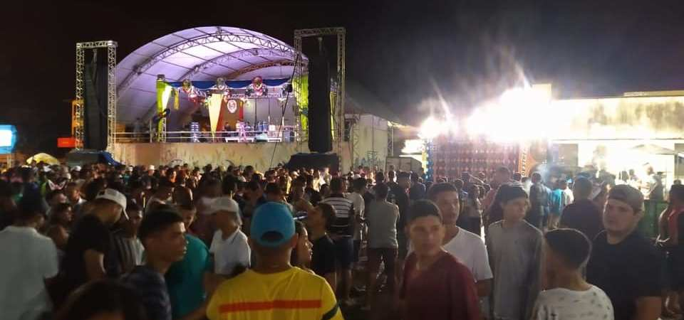 Em clima de tranquilidade, folião se diverte na 2ª noite do Carnaval da Chapada