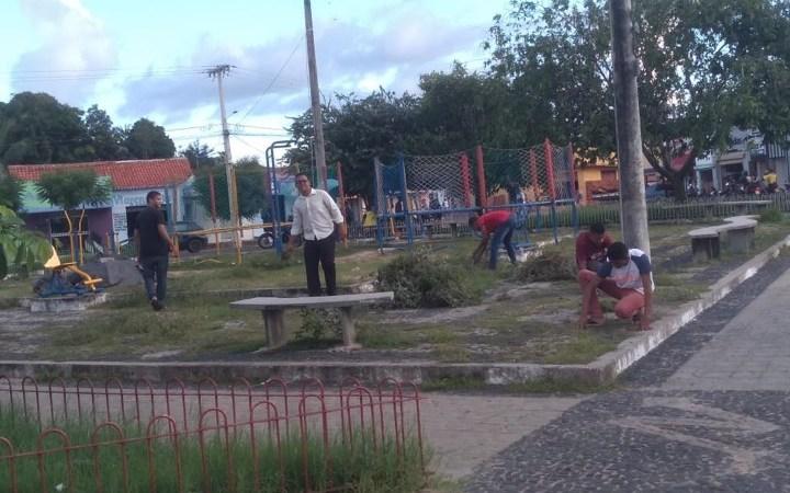 Evangélicos se mobilizam em mutirão para limpar praça em Coelho Neto