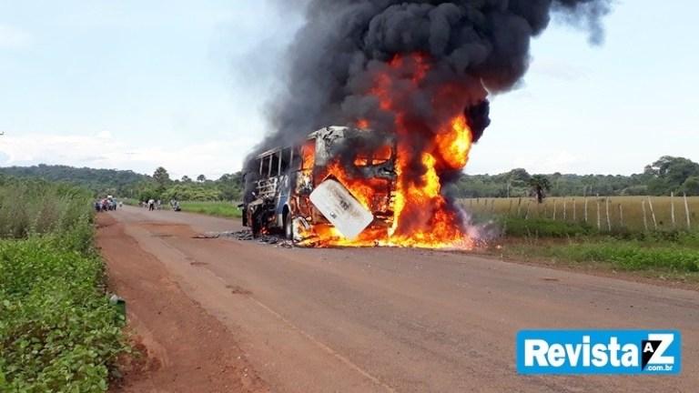 Ônibus da Fretur com oito pessoas incendeia entre cidades do Piauí