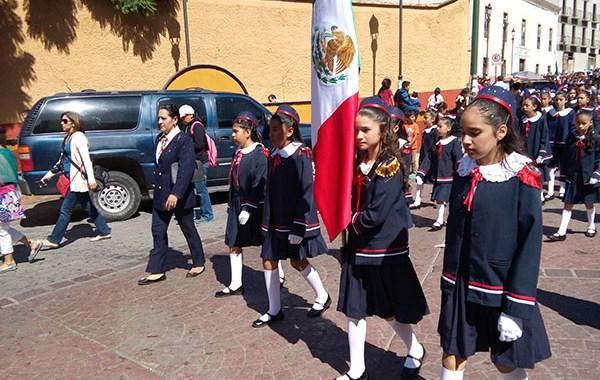 Viven guanajuatenses tradicional desfile