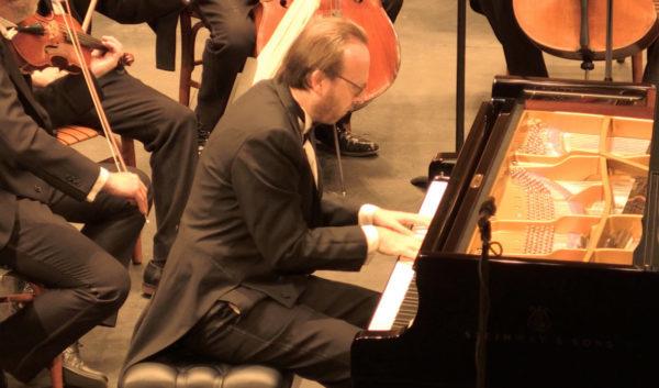 OSUG y pianista Roberto Prosseda deslumbran con concierto de Schumann